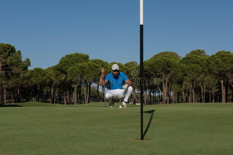 Golfspelare som siktar det perfekta skottet royaltyfri bild