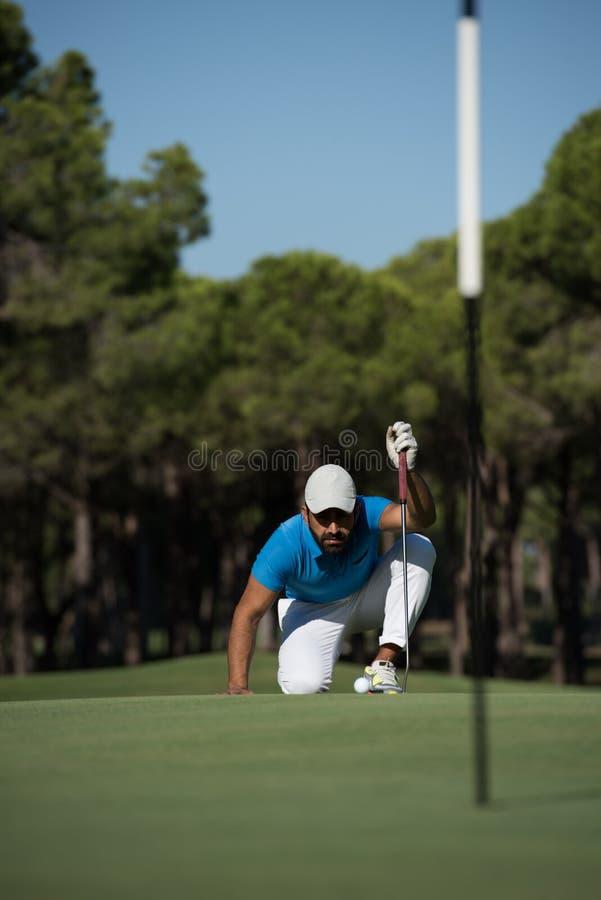 Golfspelare som siktar det perfekta skottet royaltyfri foto
