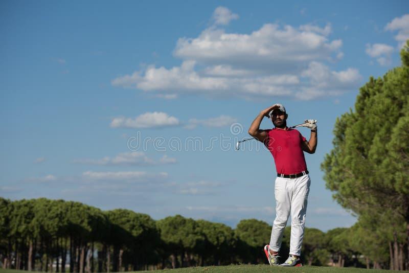 Golfspelare som slår det långa skottet royaltyfri fotografi
