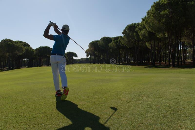 Golfspelare som slår skottet arkivfoton