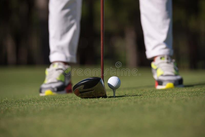 Golfspelare som slår skottet royaltyfri fotografi
