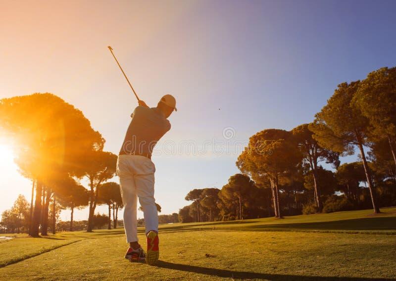 Golfspelare som slår skottet med klubban royaltyfria foton