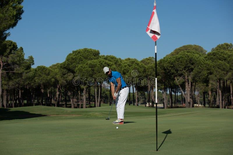 Golfspelare som slår skottet på den soliga dagen royaltyfri foto