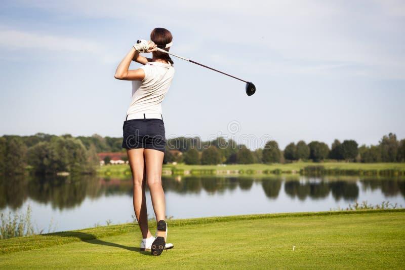Golfspelare som teeing av royaltyfri bild