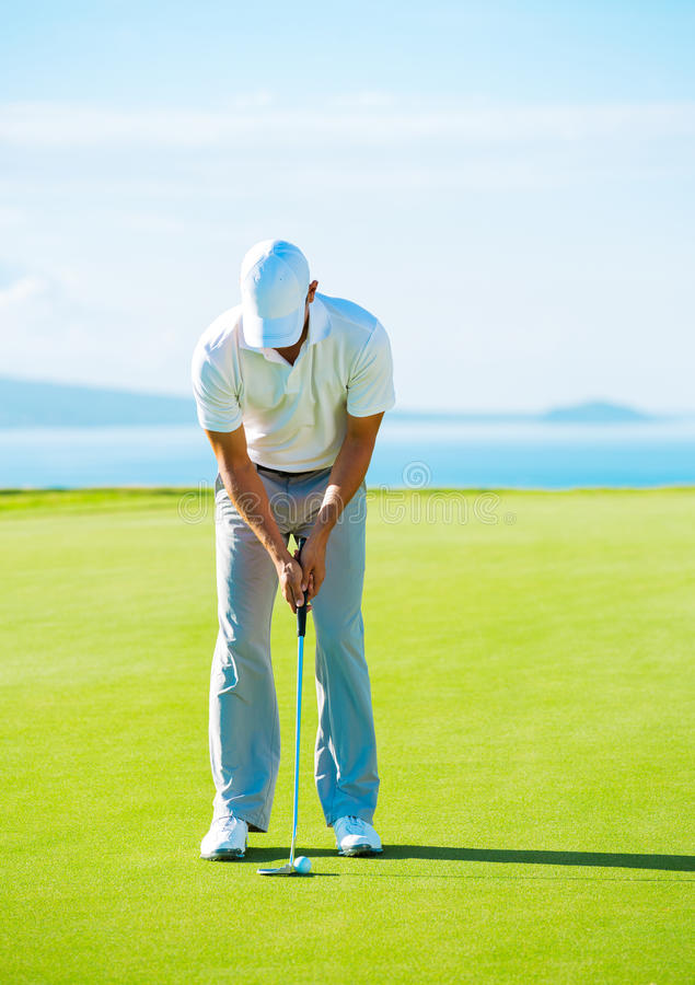 Golfspeler bij Groen Zetten stock afbeelding
