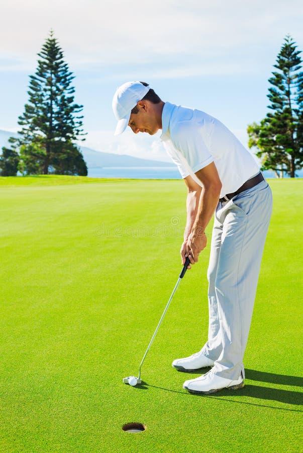 Golfspeler bij Groen Zetten royalty-vrije stock afbeelding