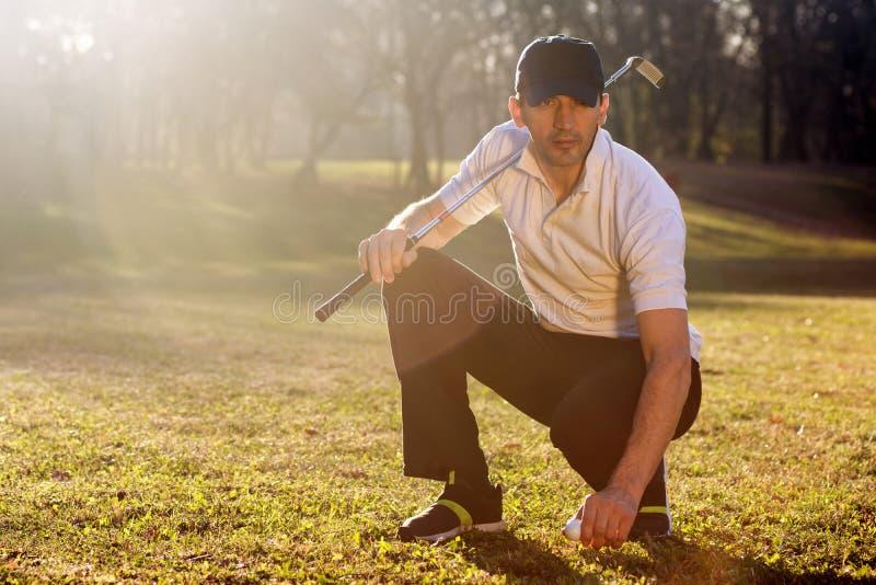 Golfspeler bij het spelen van gebied stock fotografie