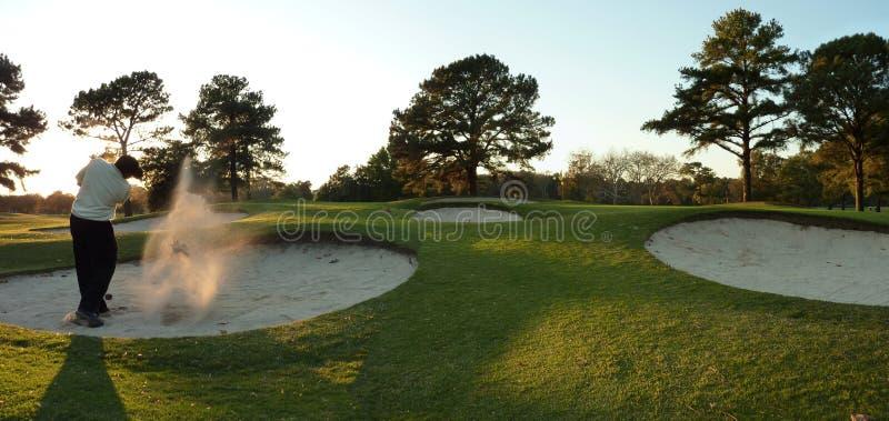 Golfspeler in bunker royalty-vrije stock foto's