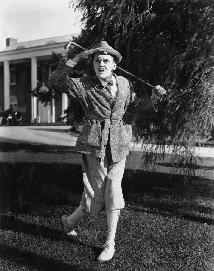 Golfspeler die afstand onderzoeken (Alle afgeschilderde personen leven niet langer en geen landgoed bestaat Leveranciersgaranties royalty-vrije stock afbeelding