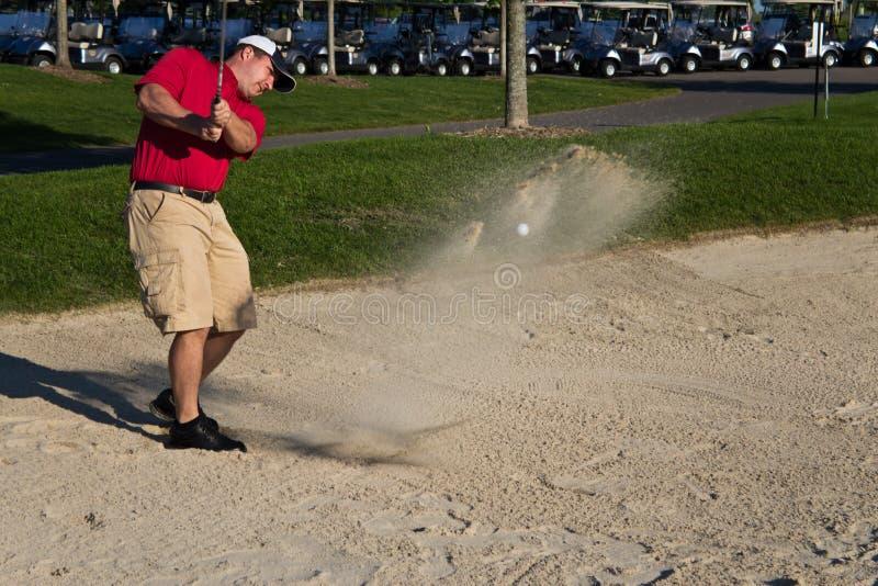 Golfspeler die de bal van de zandbunker raken stock afbeeldingen