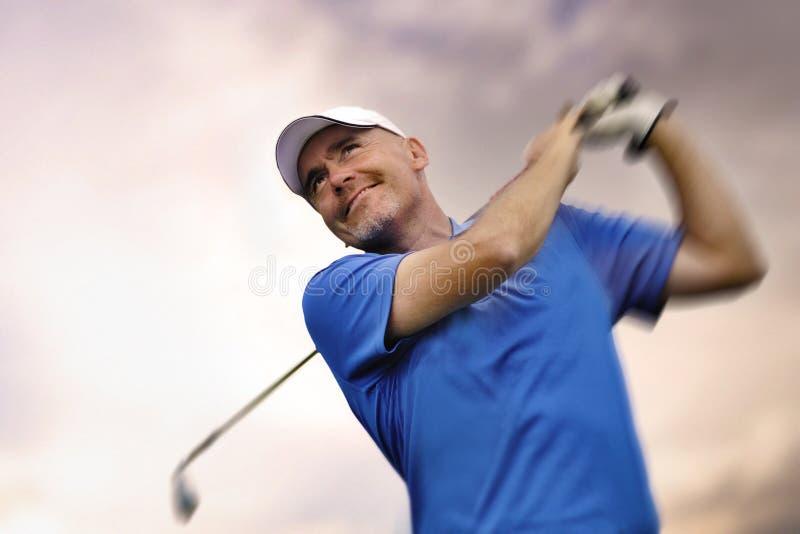Golfspeler die een golfbal ontspruit royalty-vrije stock afbeelding