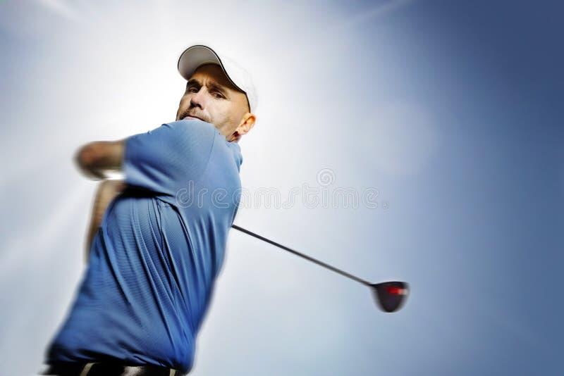 Golfspeler die een golfbal ontspruit stock fotografie