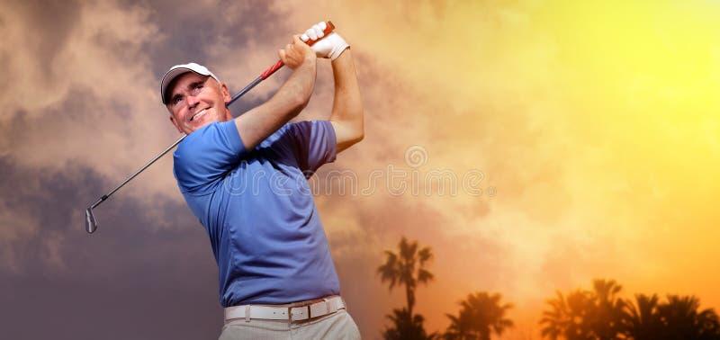 Golfspeler die een golfbal ontspruit stock foto's