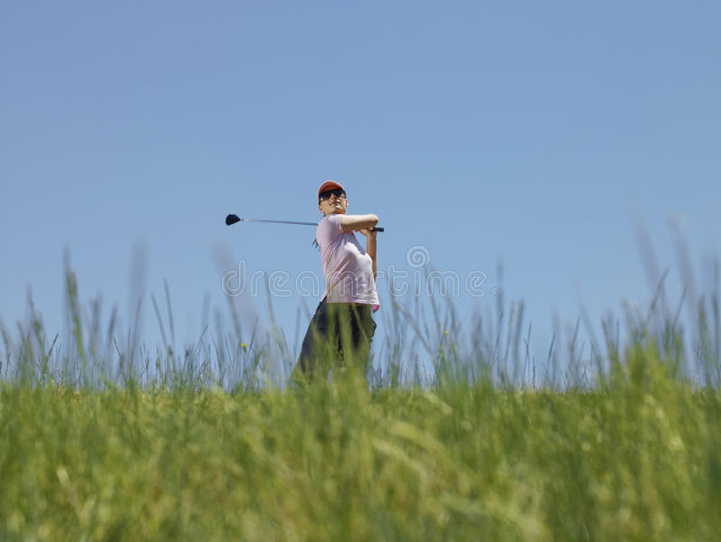 Golfspeler die een Golfclub slingeren royalty-vrije stock foto's
