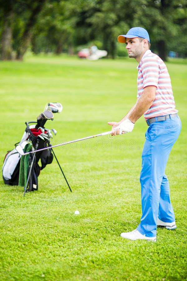 Golfspeler die en zich before and after schot praktizeren concentreren stock foto's