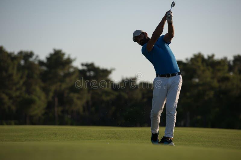 Golfspeler die lang schot raken royalty-vrije stock fotografie