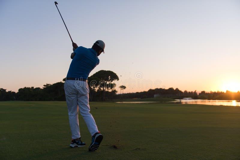 Golfspeler die lang schot raken royalty-vrije stock afbeelding