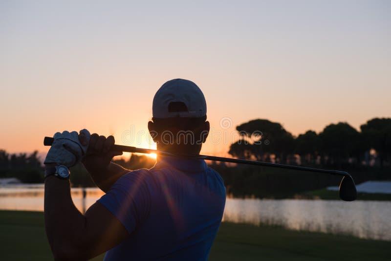 Golfspeler die lang schot raken stock foto