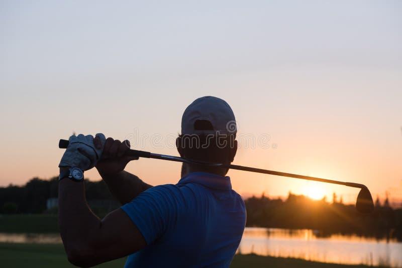 Golfspeler die lang schot raken stock fotografie