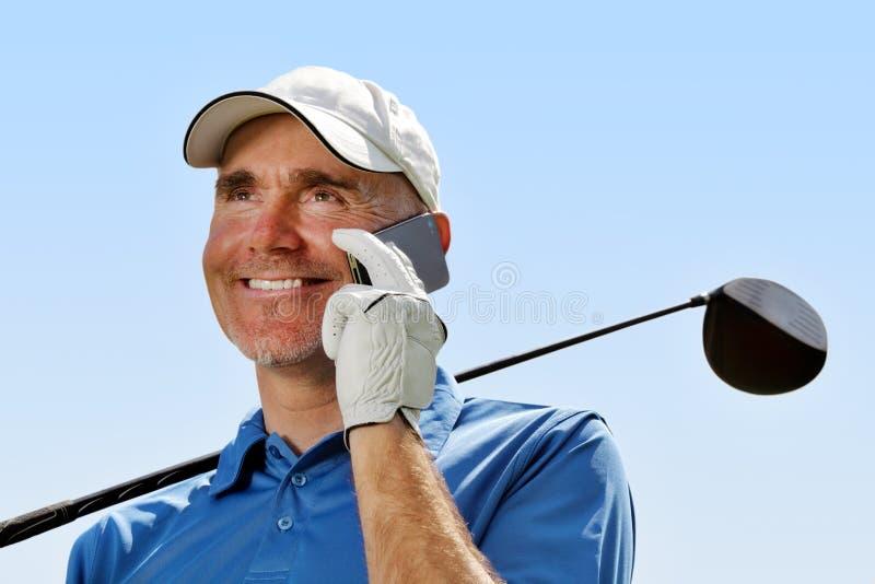 Golfspeler die mobiele telefoon met behulp van stock afbeeldingen
