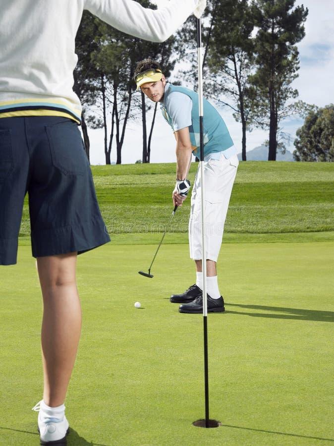 Golfspeler die op Groen zetten royalty-vrije stock foto