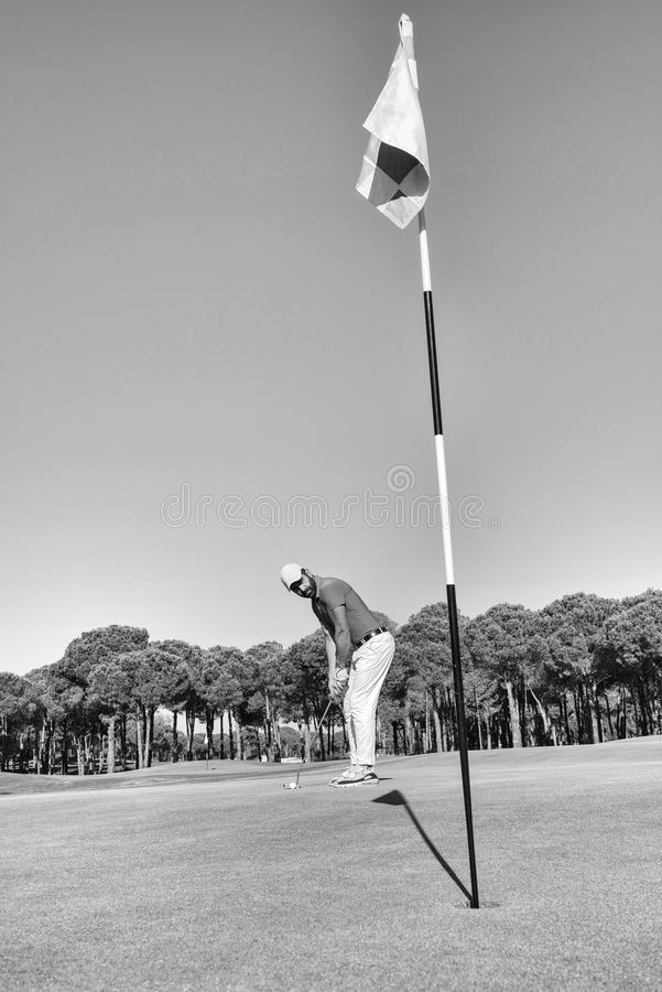 Golfspeler die schot met club op cursus raken stock afbeeldingen