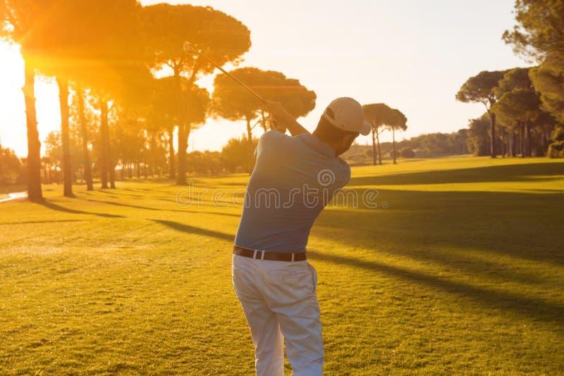 Golfspeler die schot met club raken royalty-vrije stock foto's