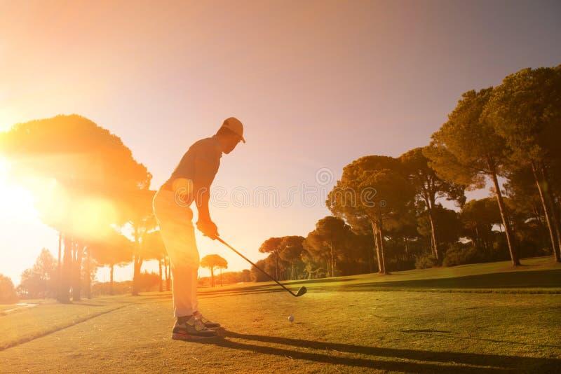 Golfspeler die schot met club raken stock fotografie