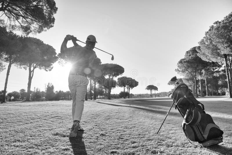 Golfspeler die schot met club raken stock afbeelding
