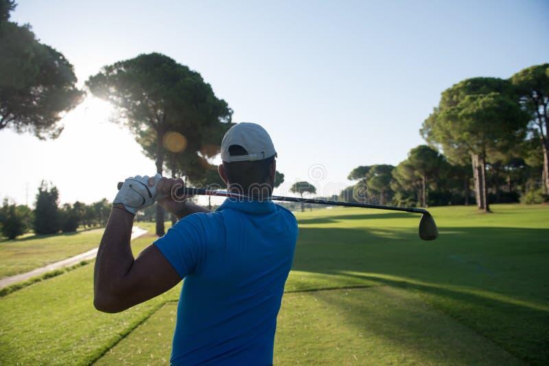 Golfspeler die schot raken stock foto