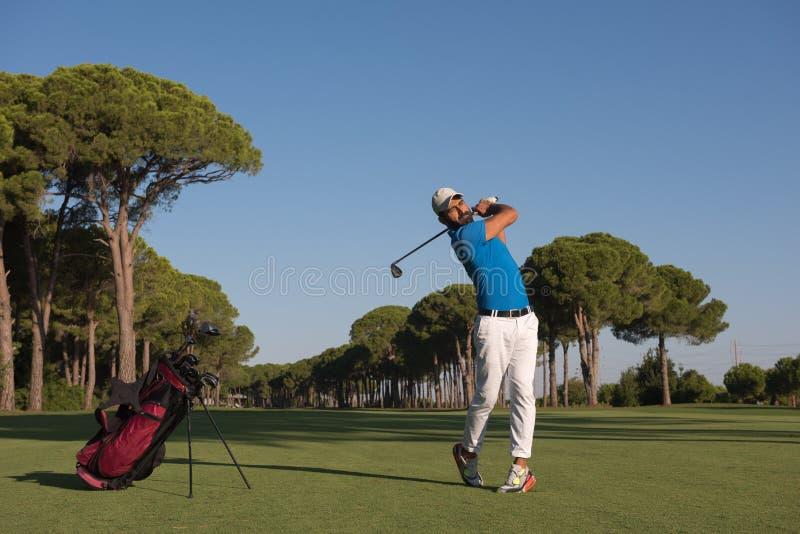Golfspeler die schot raken stock afbeelding