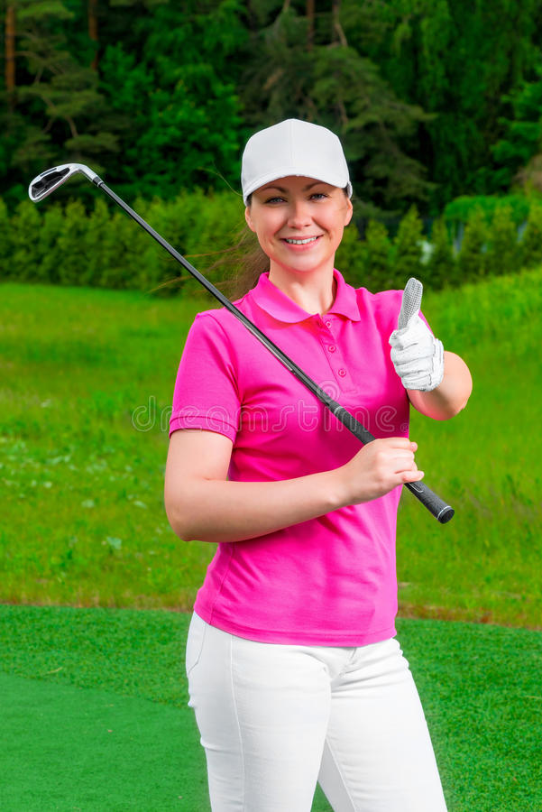 Golfspeler gelukkige vrouw die zich met een golfclub bevinden stock afbeeldingen