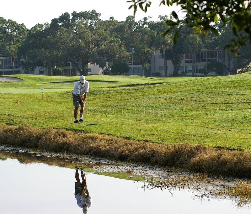 Golfspeler na Daling royalty-vrije stock afbeeldingen