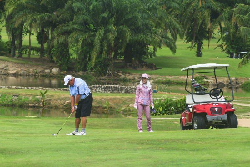 Golfspeler op golfcursus in Thailand stock fotografie