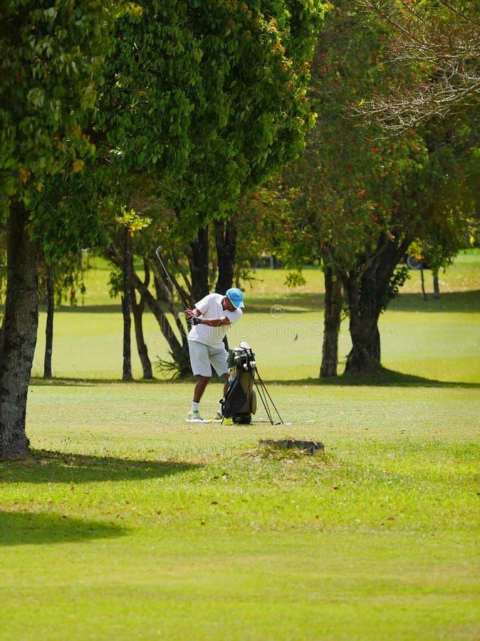 Golfspeler opleidingsschot bij golfcursus stock fotografie