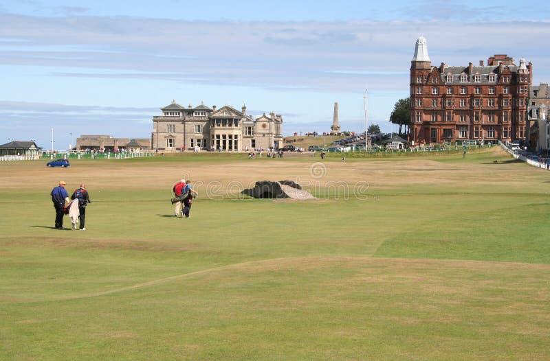 Golfspelers die aan het Huis van de Club lopen royalty-vrije stock fotografie