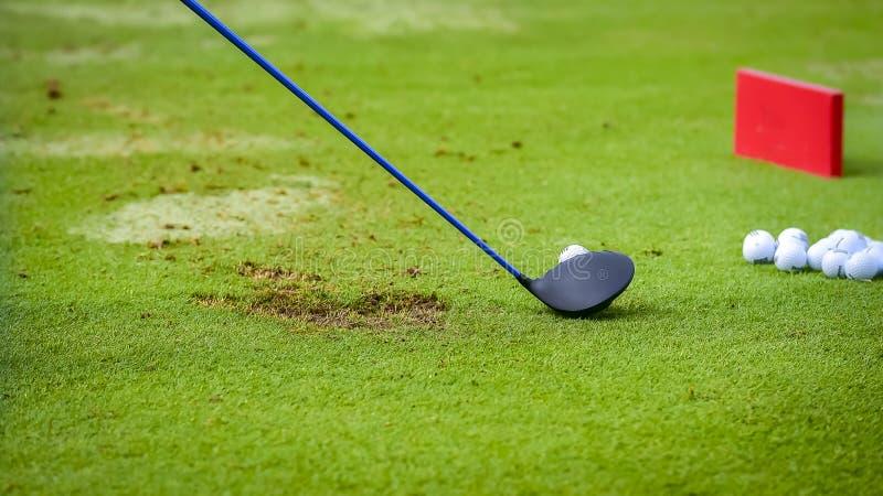 Golfspelert-stuk van golfbal v??r schommeling stock fotografie