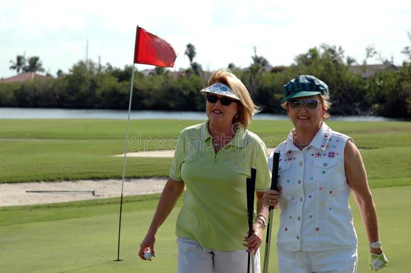 golfspelpensionärkvinnor arkivbild