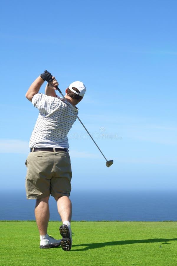 Golfspieler auf dem Stückkasten stockfoto