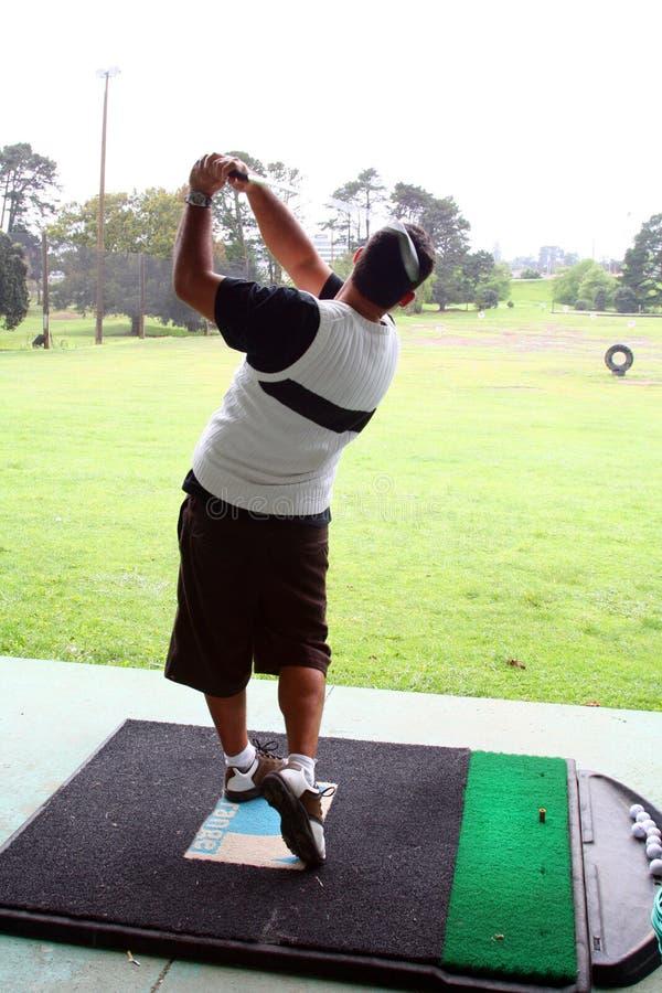 Golfspieler der antreibenden Reichweite lizenzfreies stockfoto
