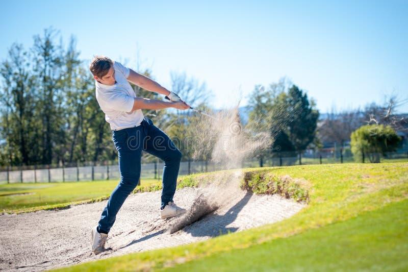 Golfspieler, der einen Chipschuß auf das Grün spielt stockbilder