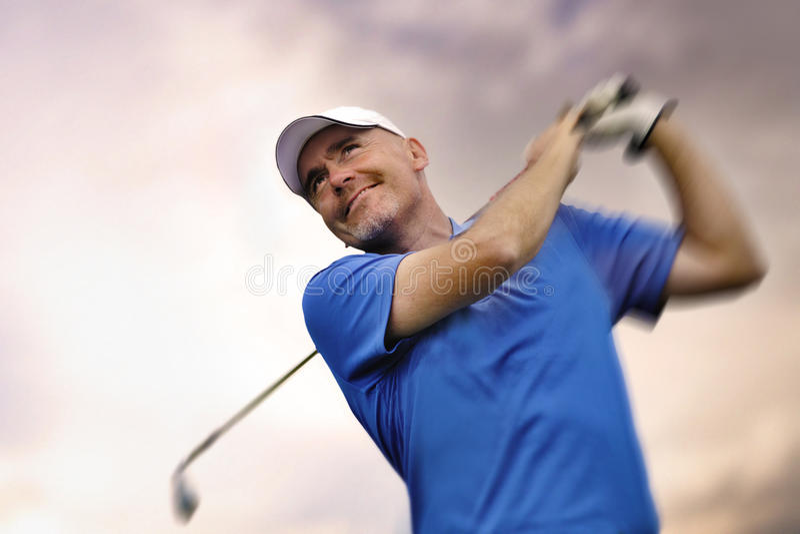 Golfspieler, der einen Golfball schießt lizenzfreies stockbild