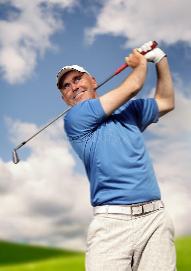 Golfspieler, der einen Golfball schießt stockbild