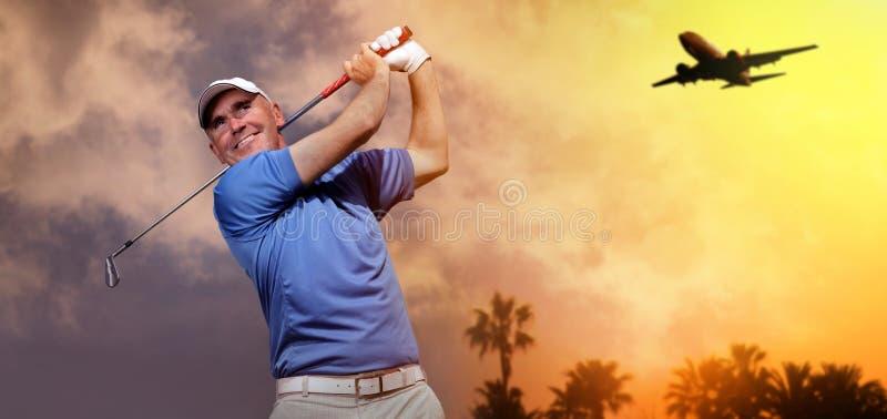Golfspieler, der einen Golfball schießt stockfotografie