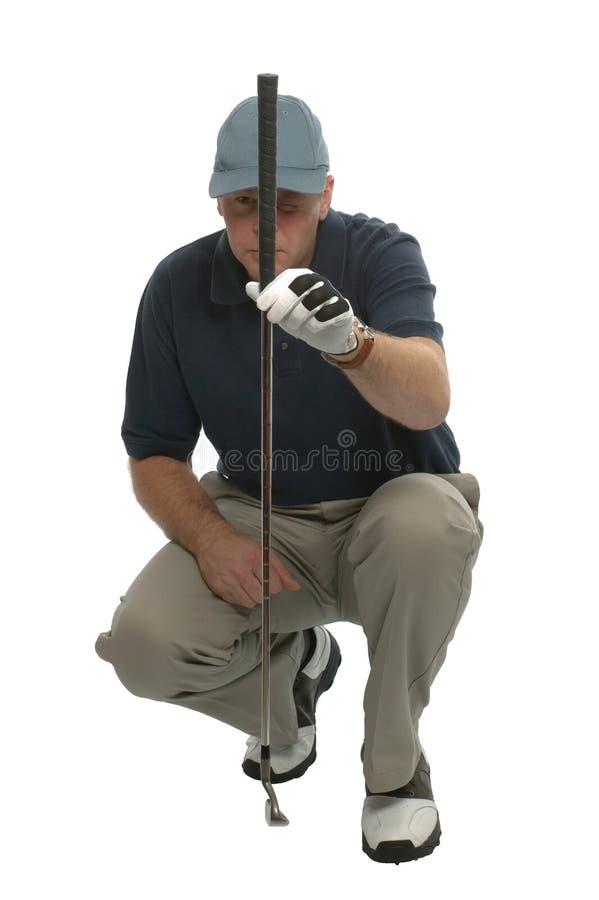 Golfspieler, der einen Schlag ausrichtet. stockfotografie