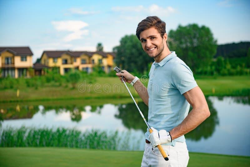 Golfspieler, der Fahrer hält lizenzfreie stockfotos