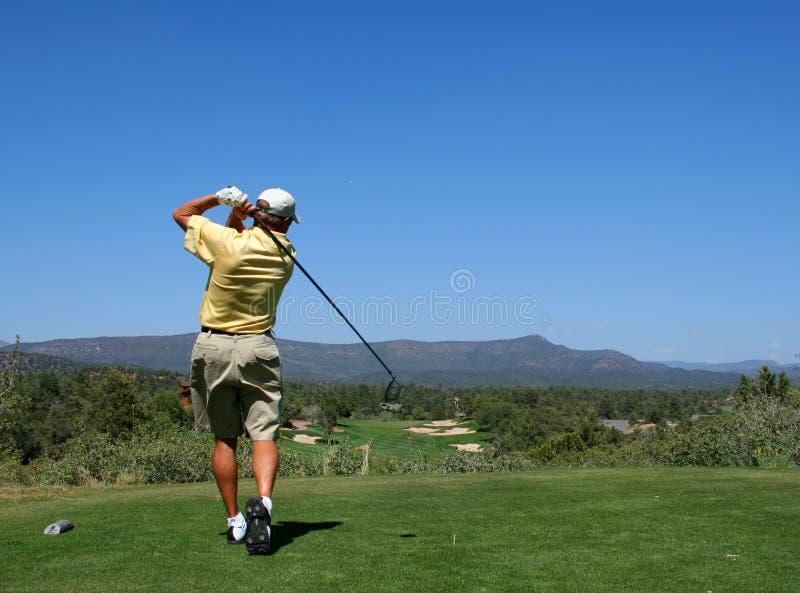 Golfspieler, der Golfball antreibt stockfoto