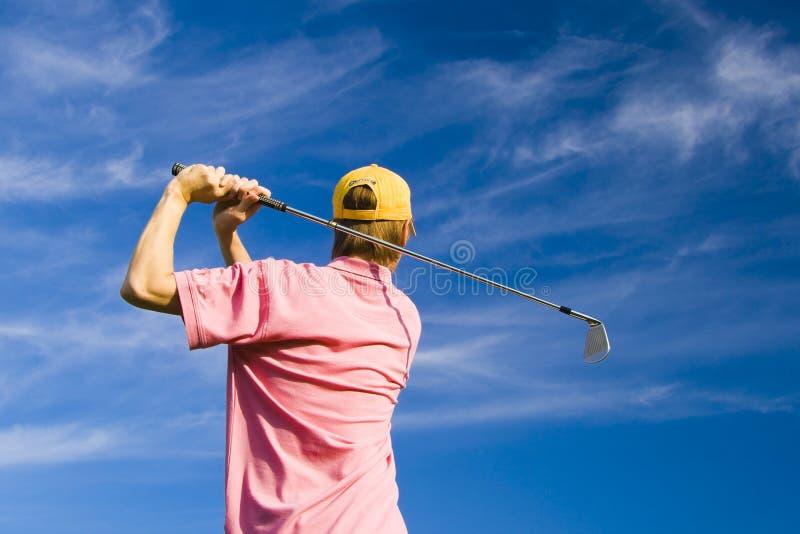Golfspieler, der seins Schwingen beendet lizenzfreies stockbild