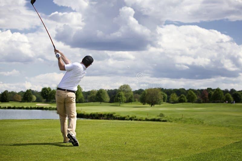 Golfspieler, der weg abzweigt lizenzfreies stockbild