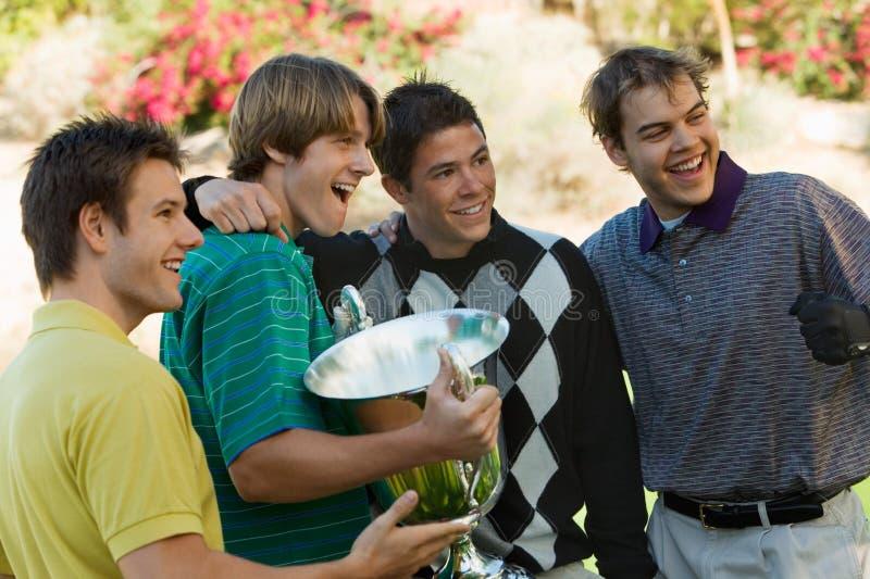 Golfspieler, die gewinnende Trophäe halten stockfotos
